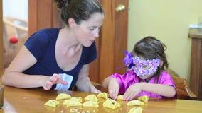 Hamantaschenkoekje het koken in Purim-Vakantie stock video
