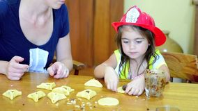 Hamantaschenkoekje het koken in Purim-Vakantie stock videobeelden