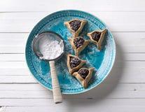 Hamantashen-Plätzchen, Haman-` s Ohren, traditionelles süßes Gebäck mit Mohn und Rosinen lizenzfreie stockfotografie