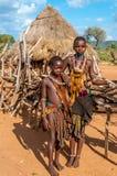 Hamar flickor framme av deras hus. Royaltyfria Foton