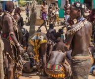 Hamar folk på bymarknaden Turmi fäll ned omodalen ethiopia Arkivfoto