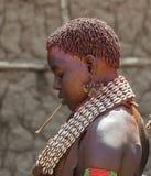 Hamar kvinna på bymarknaden Turmi fäll ned omodalen ethiopia Arkivbilder