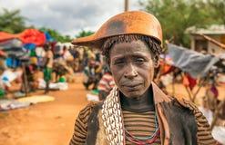 Hamar kvinna på en lokal marknad i södra Etiopien Arkivfoto