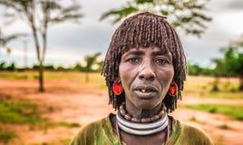 Hamar kvinna på en lokal marknad i södra Etiopien Arkivfoton