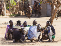 Hamar man på bymarknaden Turmi fäll ned omodalen ethiopia Royaltyfri Fotografi