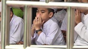 Hambantota, Asien, Sri Lanka, im November 2013 Arme Viertel Ein Junge gekleidet im weißen Lächeln stock video footage