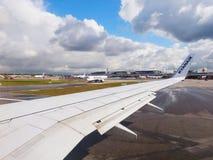 HAMBOURG, ALLEMAGNE - 25 AVRIL 2017 : À la piste, piste d'atterrissage dans le terminal d'aéroport Photos stock