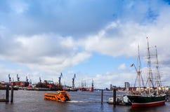 HAMBOURG, ALLEMAGNE - 3 AVRIL : Vue de rue de bateau de croisière dans le h Images stock
