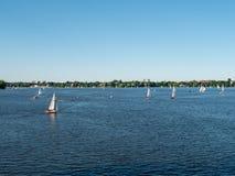 Hambourg, Allemagne - 2 juillet 2018 : Les gens apprécient le beau temps au lac Alster à Hambourg Allemagne photos libres de droits