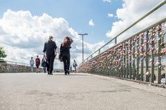 Hambourg, Allemagne - 14 juillet 2017 : Les milliers d'amour ferme à clef le fixage au pont aux piliers de St Pauli Images libres de droits