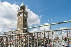 Hambourg, Allemagne - 14 juillet 2017 : Les milliers d'amour ferme à clef le fixage au pont aux piliers de St Pauli Image stock