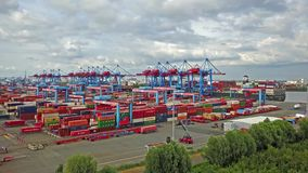 Hambourg, Allemagne - 12 juillet 2017 : récipient de transport Tout-automatique de système à et des navires, laps de temps aérien banque de vidéos