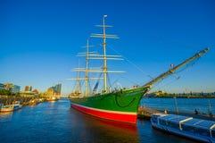 HAMBOURG, ALLEMAGNE - 8 JUIN 2015 : Bateau coloré intéressant sur le port de Hambourg Image stock