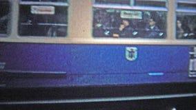 HAMBOURG, ALLEMAGNE - 1966 : Le plan rapproché léger de train de rail de banlieusard montre l'utilisation de la publicité tôt de  banque de vidéos