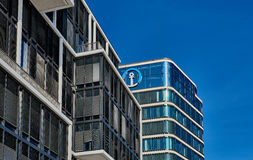 HAMBOURG, ALLEMAGNE - 26 MARS 2016 : Contrastes modernes d'immeuble de bureaux avec le ciel bleu Photos libres de droits