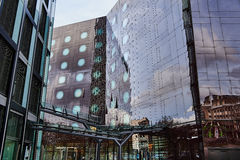 HAMBOURG, ALLEMAGNE - 27 MARS 2016 : L'immeuble de bureaux célèbre de tours de danse reflète les bâtiments de l'autre côté de Photos libres de droits