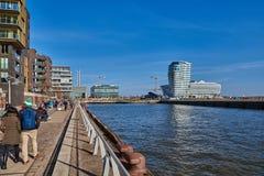 HAMBOURG, ALLEMAGNE - 26 MARS 2016 : Les touristes et les visiteurs flânent le long du quai d'Elbe de la nouvelle ville de port d Photo libre de droits