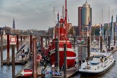HAMBOURG, ALLEMAGNE - 9 MARS : St Pauli Piers avec les personnes non identifiées le 9 mars 2014 à Hambourg Les piliers sont Photos stock