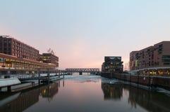 Hambourg, Allemagne - 4 mars 2014 : Vue de pont de Busan dans Hafencity Hambourg au pont de Magdeburger le soir photo stock