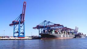 HAMBOURG, ALLEMAGNE - 8 mars 2014 : Vue sur le Burchardkai du port de Hambourg Le navire porte-conteneurs du MSC est déchargé Images stock