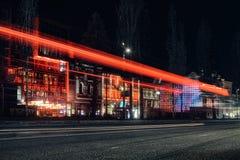 HAMBOURG ALLEMAGNE Reeperbahn Les rues et les bâtiments à l'exposition l'Europe de nuit font la fête la danse rouge du trafic images libres de droits