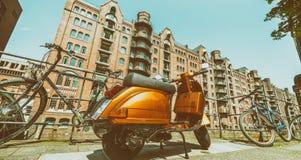 HAMBOURG - JUILLET 2016 : Scooter coloré de vintage avec le CIT médiéval Images stock