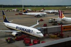 HAMBOURG ; L'ALLEMAGNE ; LE 27 JUILLET 2016 : Avions de Ryanair et de Luftha Photographie stock
