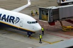 HAMBOURG ; L'ALLEMAGNE ; LE 27 JUILLET 2016 : Avions de Ryanair et de passeng Photographie stock
