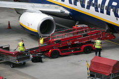 HAMBOURG ; L'ALLEMAGNE ; LE 27 JUILLET 2016 : Avions de Ryanair et dischar Photographie stock libre de droits