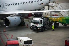 HAMBOURG ; L'ALLEMAGNE ; LE 27 JUILLET 2016 : L'avion est réapprovisionné en combustible au ter Photos libres de droits