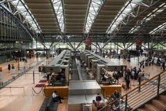 HAMBOURG ; L'ALLEMAGNE ; LE 27 JUILLET 2016 : terminal pour passagers avec le contrôle-je Image libre de droits
