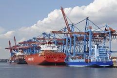 Hambourg - navires de récipient sur le terminal Images stock