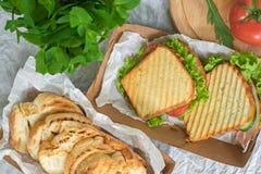 Hambrood met plantaardige salade en tomaat op een lijst en een document royalty-vrije stock afbeeldingen
