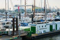 hamburg Гавань и койки и яхты на реке Эльбе стоковые изображения