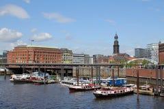 Hamburg, Baumwallhausen och Slomanhausen med Hamburg Michel arkivbild