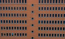 hamburg Bedrijfsgebouwen die van rode bakstenen, zich op de dijk van de stad op de Elbe Rivier bevinden stock foto