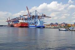 Hamburg - behållareskyttlar på terminalen Arkivbilder