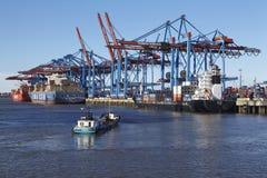 Hamburg - behållareskyttlar på terminalen Arkivbild