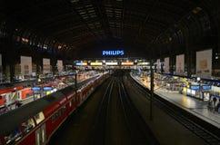 Hamburg centralstation, insida på natten Arkivfoton