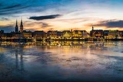 Hamburg cityscape med Alster sjön på solnedgången arkivfoto