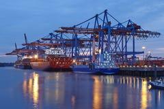 Hamburg - Containerschiff am Anschluss Stockbilder