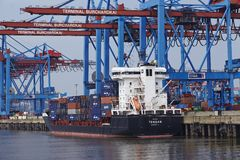 Hamburg - Containerschip bij terminal Royalty-vrije Stock Afbeelding