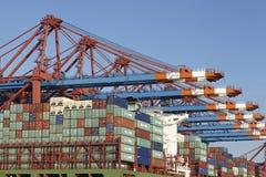 Hamburg - Containerschip bij terminal Royalty-vrije Stock Afbeeldingen