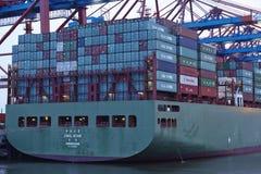 Hamburg - Containerschip bij terminal Stock Afbeelding