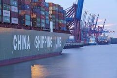 Hamburg - Containerschip bij terminal Royalty-vrije Stock Foto