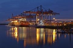 Hamburg - Containerschip bij terminal Stock Afbeeldingen