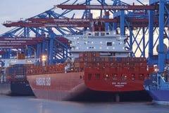 Hamburg - Containerschip bij terminal wordt en wordt leeggemaakt geladen die Stock Fotografie