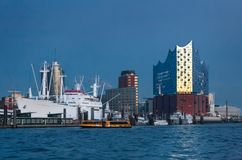 Hamburg, Deutschland Ansicht der berühmten Elbes philharmonischer Hall gegen den blauen Glättungshimmel in den letzten Strahlen v lizenzfreie stockfotografie