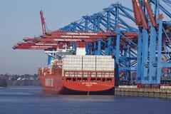 Hamburg (Deutschland) - Containerschiff am Hafen Waltershof Lizenzfreie Stockbilder