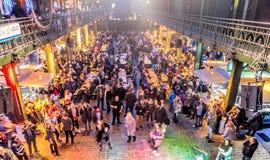 Hamburg, Deutschland, am 10. Dezember 2017: Feierndes und tanzendes PET lizenzfreie stockbilder